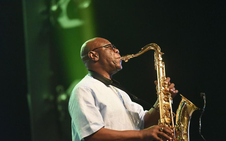 Manu Dibango au saxophone